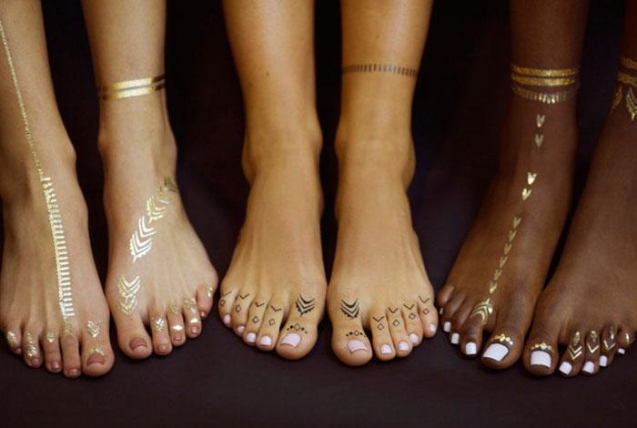 Временные татуировки от популярной певицы Рианны - новый пляжный тренд.