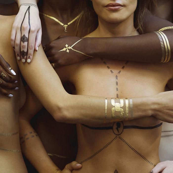 Дизайнер ювелирных украшений Джекки Эйк поделилась планами о создании еще одной коллекции временных татуировок, которая будет более женственной и сексуальной.