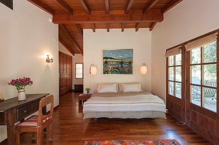 Спальня с деревянными балками в доме Роберта Паттинсона (Robert Pattinson), сыгравшего главную роль в серии фильмов «Сумерки».