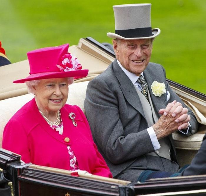 Королева Великобритании Елизавета II в шляпке цвета фуксии на открытии традиционных королевских скачек Royal Ascot-2015.