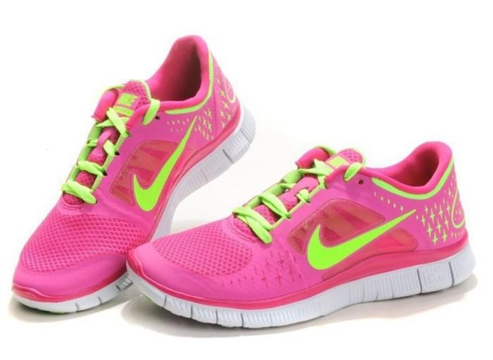 Кроссовки - абсолютный маст-хэв для девушек, ведущих активный образ жизни.