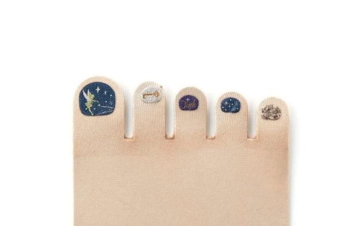 Японские дизайнеры пришли на помощь женщинам, которые не любят делать педикюр, и выпустили коллекцию носков и колгот с «накрашенными» ногтями.