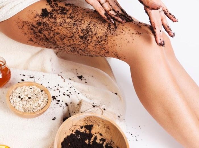 Для того, чтобы загар ложился ровно, кожу нужно подготовить заранее.