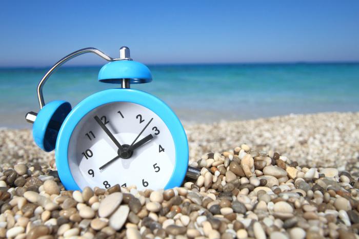 Загорать на солнце лучше до 11 часов утра, а вот с 12.00 до 15.00 нужно избегать агрессивных солнечных лучей.