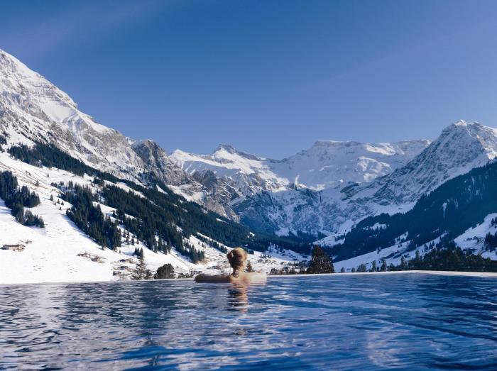 Так называемый бесконечный бассейн, который находится в отеле The Cambrian Hotel Adelboden & Spa, расположенном в Швейцарских Альпах.