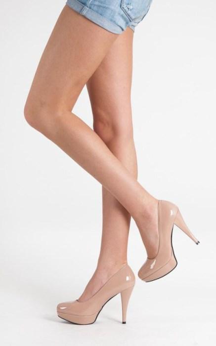 Бежевая обувь сливается с цветом кожи, что помогает визуально сделать ноги более длинными.