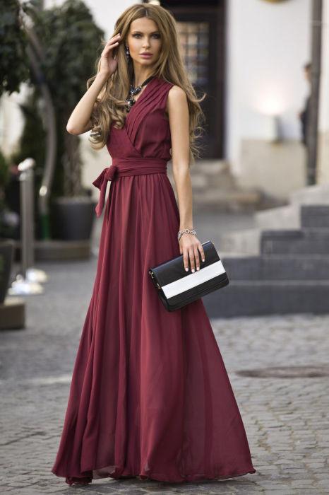 Девушкам, которые хотят казаться выше и стройнее, стоит отдать предпочтение длинным платьям в пол.