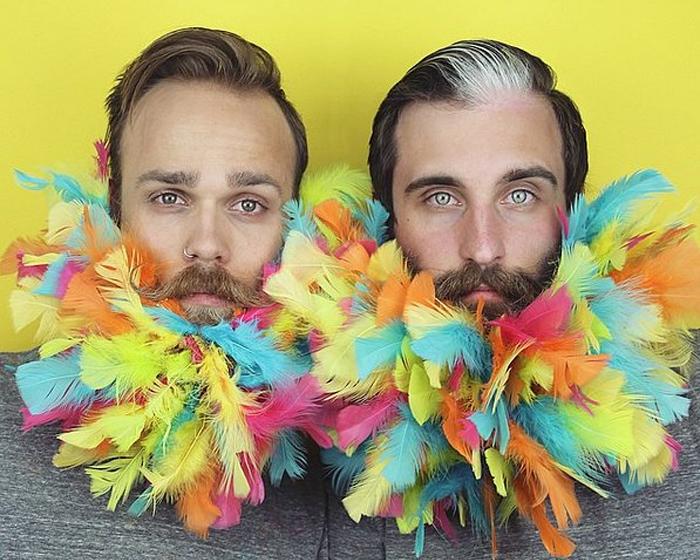 Яркая борода из разноцветных перьев.