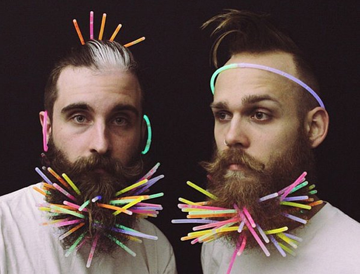 Светящаяся в темноте борода из люминесцентных палочек разных цветов.