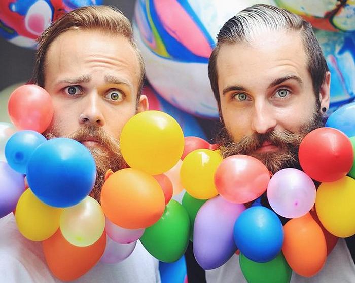 Веселая борода из разноцветных воздушных шариков.