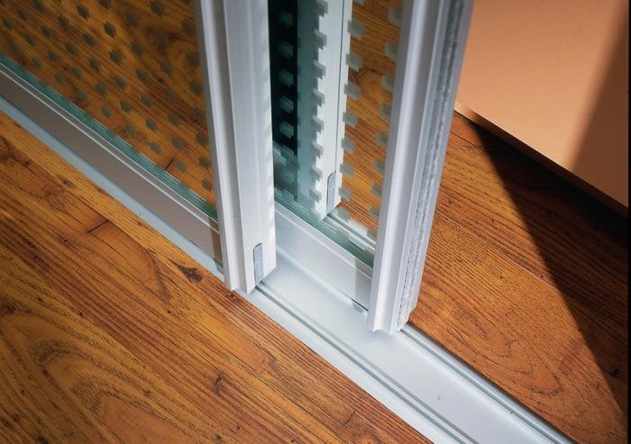 Профиль для дверей шкафа-купе должен быть сделан из алюминия.