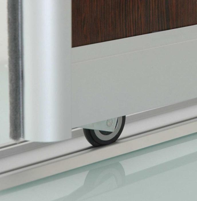 Щетка-уплотнитель (ее еще называют шлегель или буферная лента) служит для для обеспечения плотного прилегания дверей к боковым панелям.