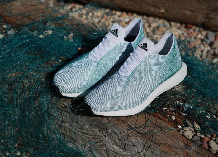 Компания Adidas вместе с нью-йоркской организацией Parley for the Oceans разработали концепцию обуви из отходов, поднятых со дна океана.