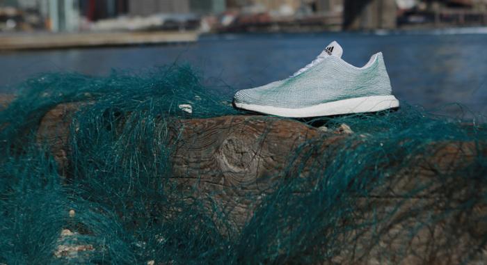 Всемирно известный спортивный бренд Adidas выпустил коллекцию оригинальных кроссовок, сделаных из пластиковых отходов со дна океана.