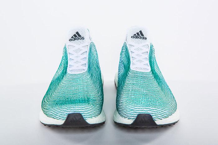 Новые кроссовки от всемирно известной компании Adidas, сделанные из мусора и пластиковых отходов, поднятых со дна океана.
