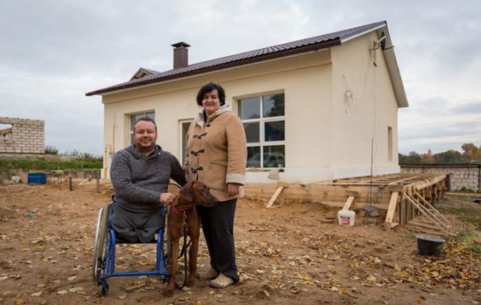 Белорус со своей семьей поселился в здании старого магазина.