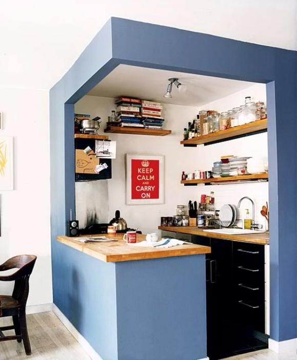Для того, чтобы оптимизировать пространство в маленькой кухне, можно объединить остров и барную стойку.