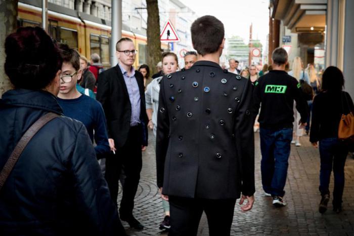 Оригинальный пиджак, который может защитить своего владельца от  нападения и грабежа.