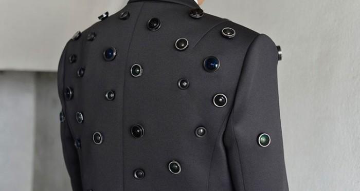 Для того, чтобы начать вести запись всего происходящего вокруг, хозяину необычного пиджака «Aposematic Jacket» достаточно всего лишь нажать на одну кнопку.