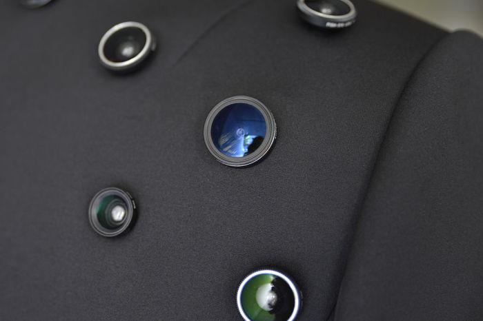 Оригинальный пиджак с пятьюдесятью видеокамерами, который посылает злоумышленнику сигнал: «Не подходи - тебя записывают.»