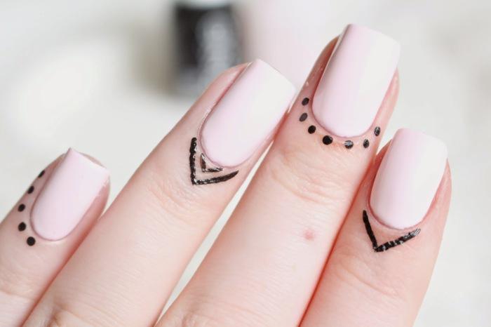 Новый тренд в маникюрном искусстве - временные татуировки для кожи вокруг ногтей.