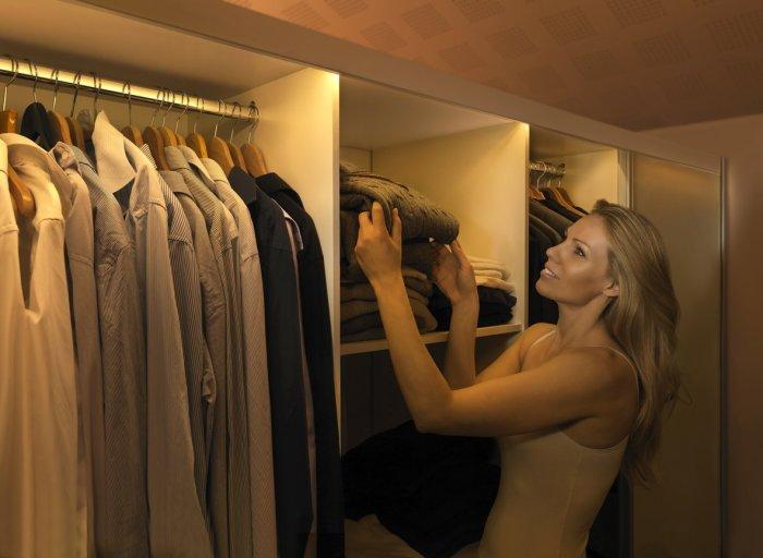 Подсветка в шкафу включится, как только откроются дверцы или человек войдет в гардеробную комнату.
