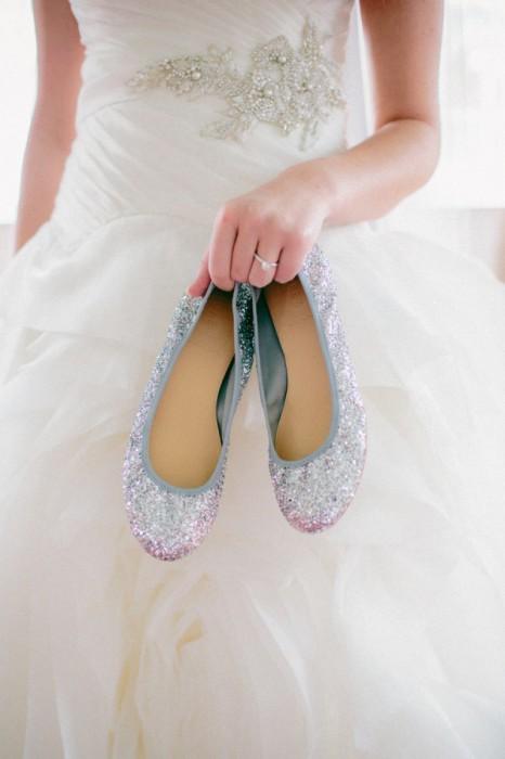 Балетки или туфли на низком ходу помогут невесте чувствовать себя комфортно в один из главных дней своей жизни.