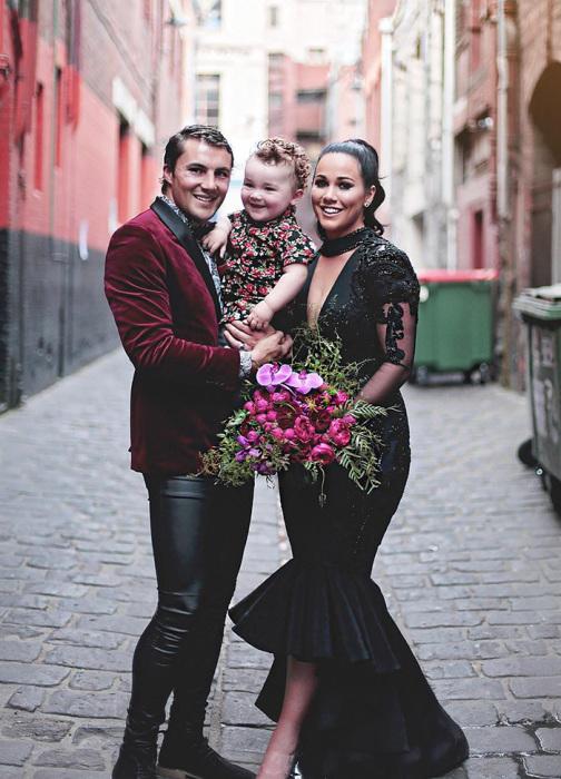Австралийка Софи Чачиа не захотела выглядеть, как обычная невеста. Поэтому сшила себе платье не белого, а черного цвета.