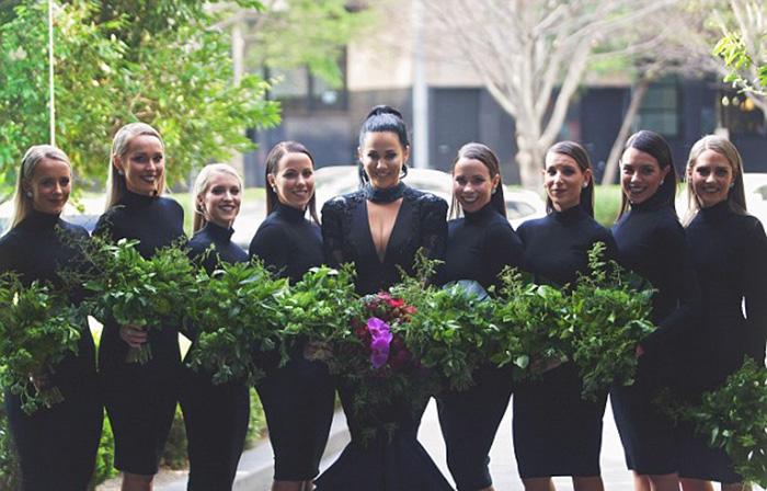 Жительница Австралии решила разрушить стереотип о том, что свадебное платье должно быть исключительно белого цвета.