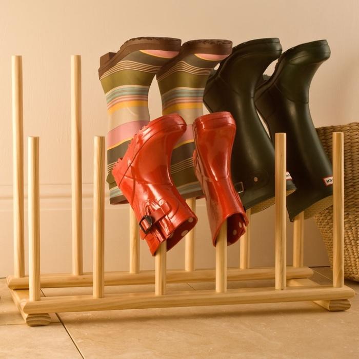 Деревянная стойка - практичный способ хранения обуви в слякотную погоду.