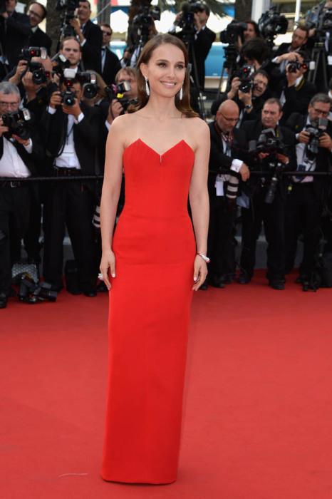 Натали Портман в длинном лаконичном платье ярко-алого цвета от французского дома моды Кристиан Диор (Christian Dior).