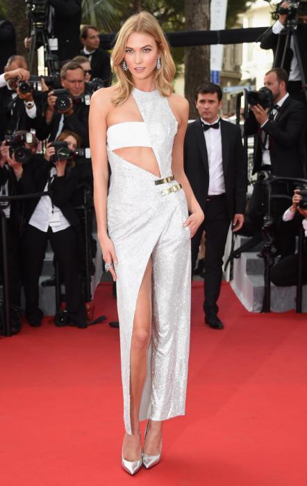 Модель Карли Клосс в необычном наряде серебристого цвета от Версаче (Versace).