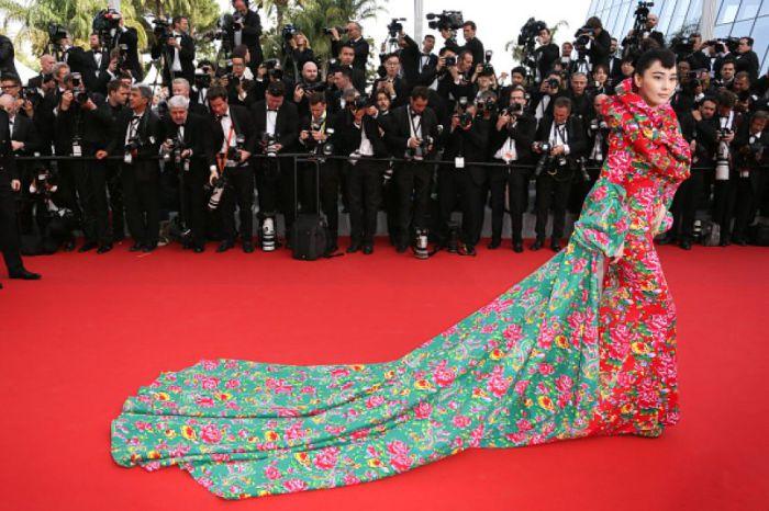 Китайская актриса Вианн Чжан поразила публику Международного Каннского кинофестиваля ярким платьем с очень длинным шлейфом.