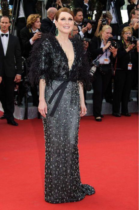 Джулианна Мур надела черное платье, расшитое серебристыми кристаллами и перьями от Армани (Armani) и массивные серьги с изумрудами.