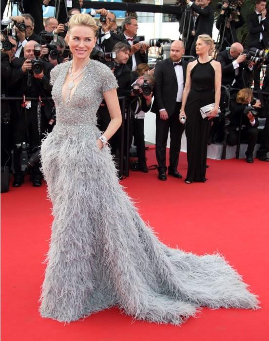 Наоми Уоттс появилась на красной дорожке 68-го Международного Каннского кинофестиваля в платье, украшенном стразами, пайетками и перьями.