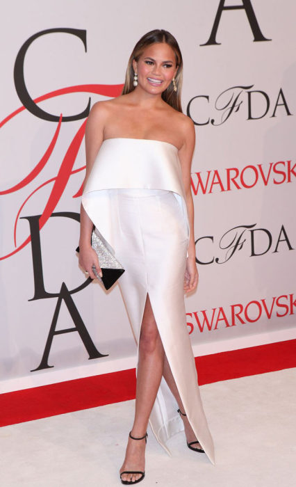 Модель Крисси Тейген (Christine Teigen) в оригинальном белом платье на красной дорожке CFDA Awards-2015.