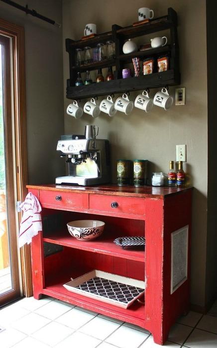 С помощью функциональной мебели небольших размеров в углу можно обустроить мини-бар для приготовления кофейных напитков.