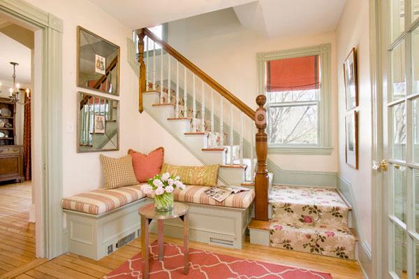 Используя угловое пространство под лестницей, можно создать комфорт и уютную атмосферу в фойе.
