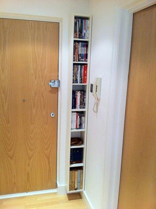 Угловая книжная полка возле входной двери позволяет эффективно использовать пространство в прихожей.