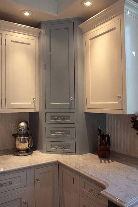На кухне неиспользуемое угловое пространство можно преобразовать в шкаф для хранения посуды.