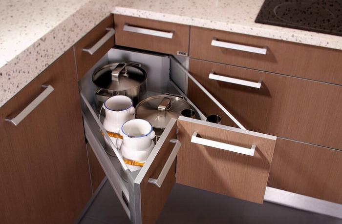 Угловые выдвижные ящики позволяют оптимизировать пространство на маленькой кухне.
