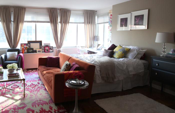 Отделить спальную зону от гостиной можно с помощью мягкой мебели.