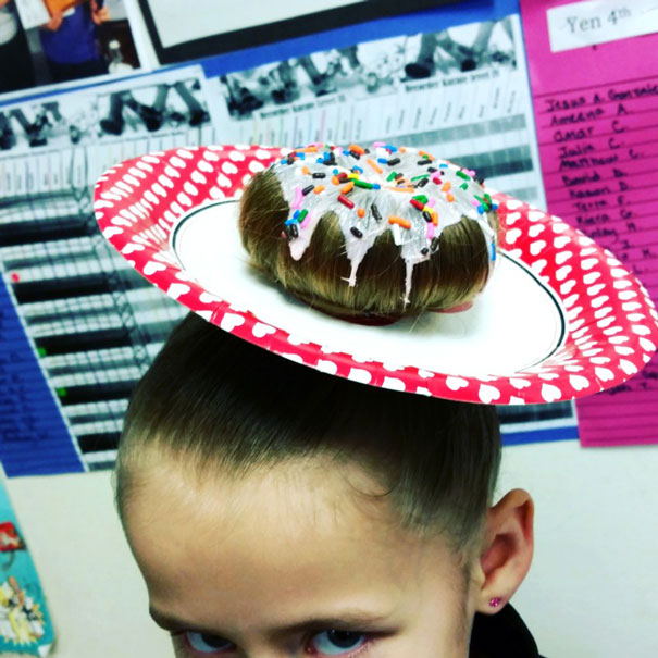 Смешная прическа в виде аппетитного пончика с глазурью.