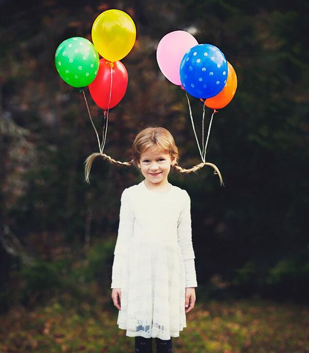 Смешная прическа, украшенная разноцветными воздушными шариками с гелием.