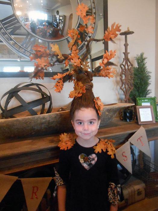Необычная прическа в виде дерева с листиками.