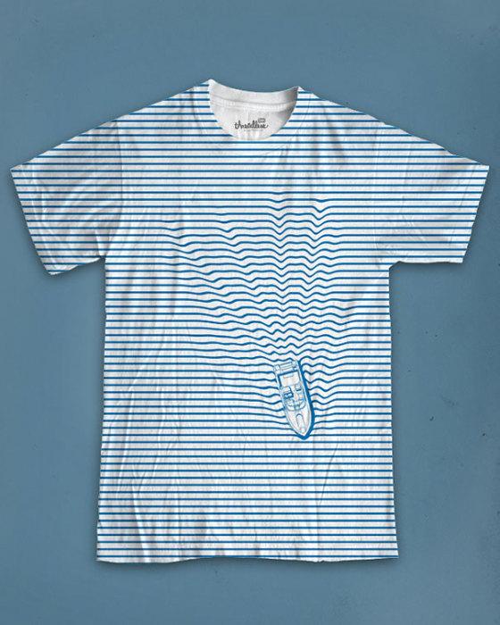 Полосатая футболка с плывущей по волнам яхтой.