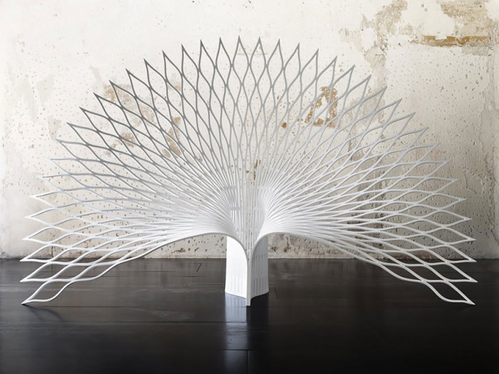 Роскошное кресло, напоминающее павлиний хвост