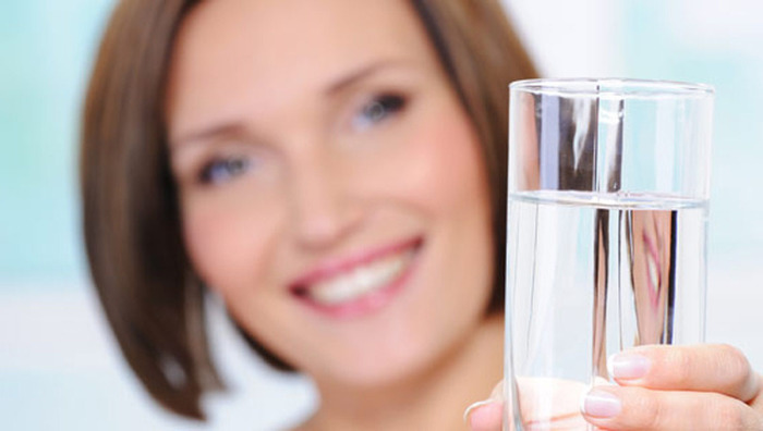 За день нужно выпивать порядка 8 стаканов чистой не газированной воды.