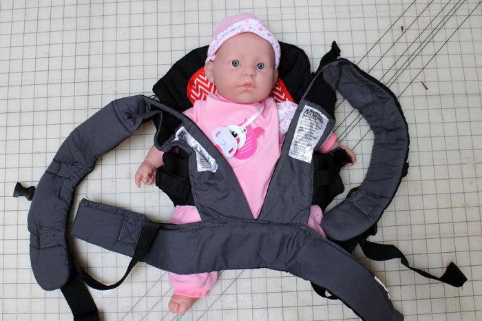 Игрушечный малыш помещается в специальный рюкзак.