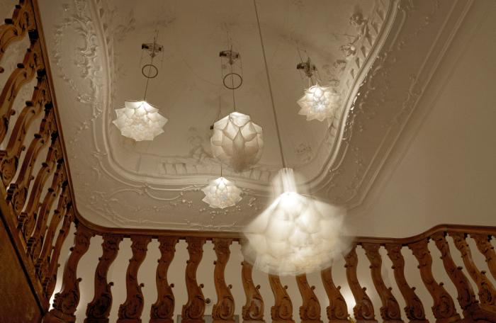 Светильники разворачивают и сворачивают свои лепестки подобно цветам.